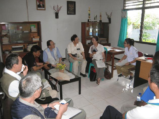 ニューギニア(インドネシア)の診療所で、神経難病調査の打ち合わせ。 (2014年3月)