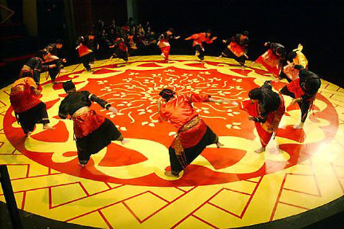 Randai performance wide view, Luck and Loss: Manandin's Gamble (2005)