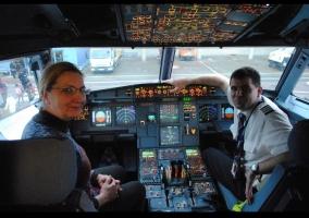 Ilona egy repülőgép kapitánnyal