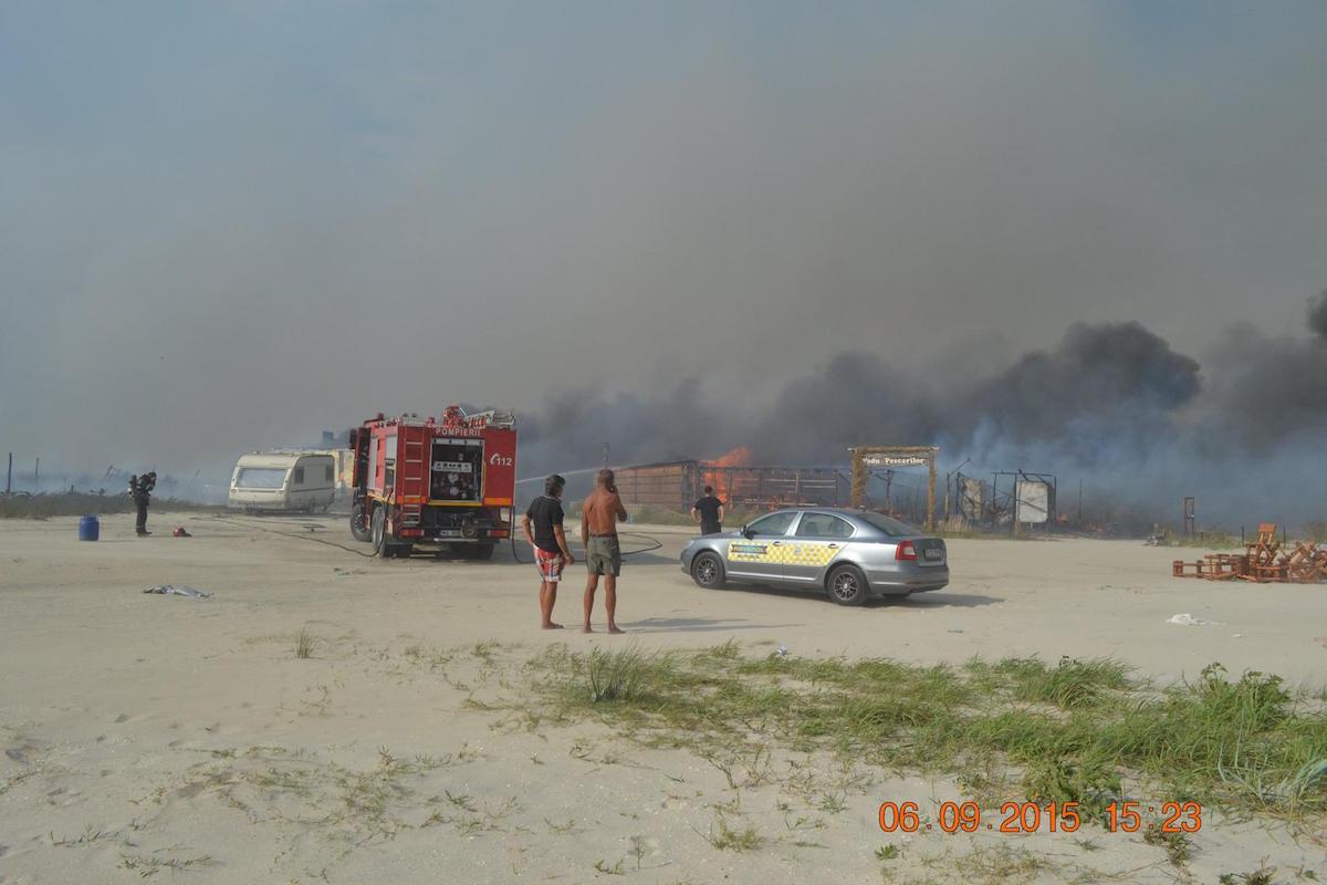 Incendiu pe plaja de la Vadu. FOTO Ioana Fulea