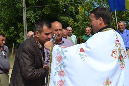 Primarul Valentin Vrabie, încercuit de preoți și politicieni. FOTO Adrian Boioglu