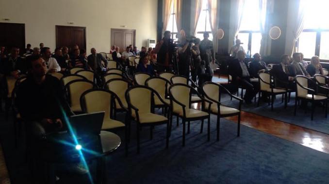 Sala de ședință a fost aproape goală
