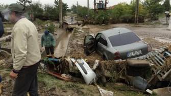 Bucăți de mașini duse de ape