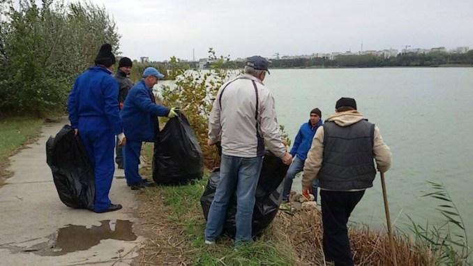 Malul lacului Tăbăcărie este ecologizat în week-end. FOTO curatamconstantanoastra.ro