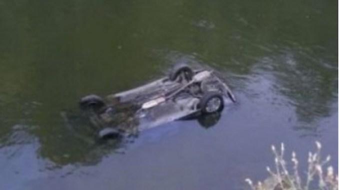 Mașină căzută în apă. FOTO ziare.com