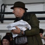 Tudorel Chesoi ajută angajații de la Delfinariu să împartă tricouri copiilor. FOTO Adrian Boioglu