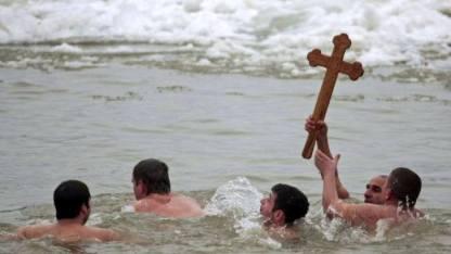 Cruci recuperate din mare de Bobotează