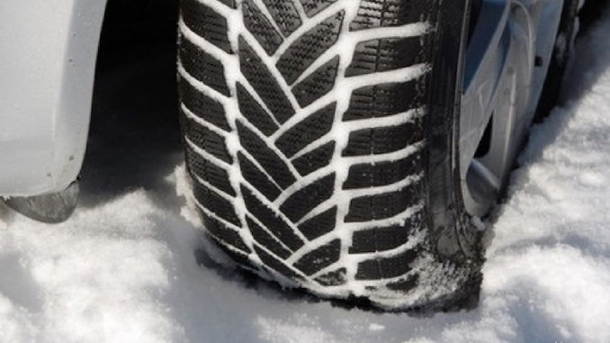 Anvelopele de iarnă sunt obligatorii. FOTO radioresita.ro