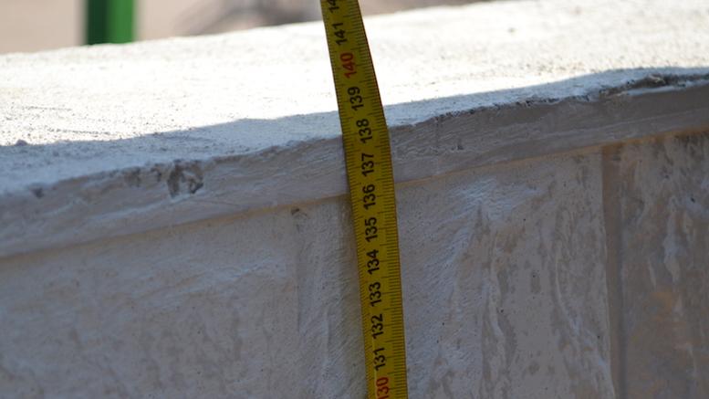 Cât măsoară acum zidul cu tot cu fundație. FOTO Adrian Boioglu