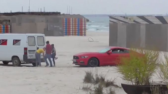 Mașina pe nisip. FOTO Captură video