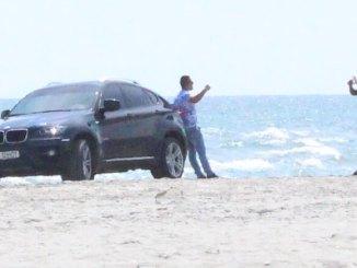 Mașină pe plajă la Mamaia