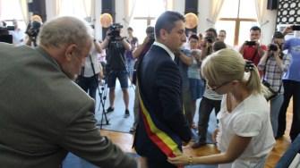 Decebal Făgădău primește tricolorul de primar. FOTO Adrian Boioglu