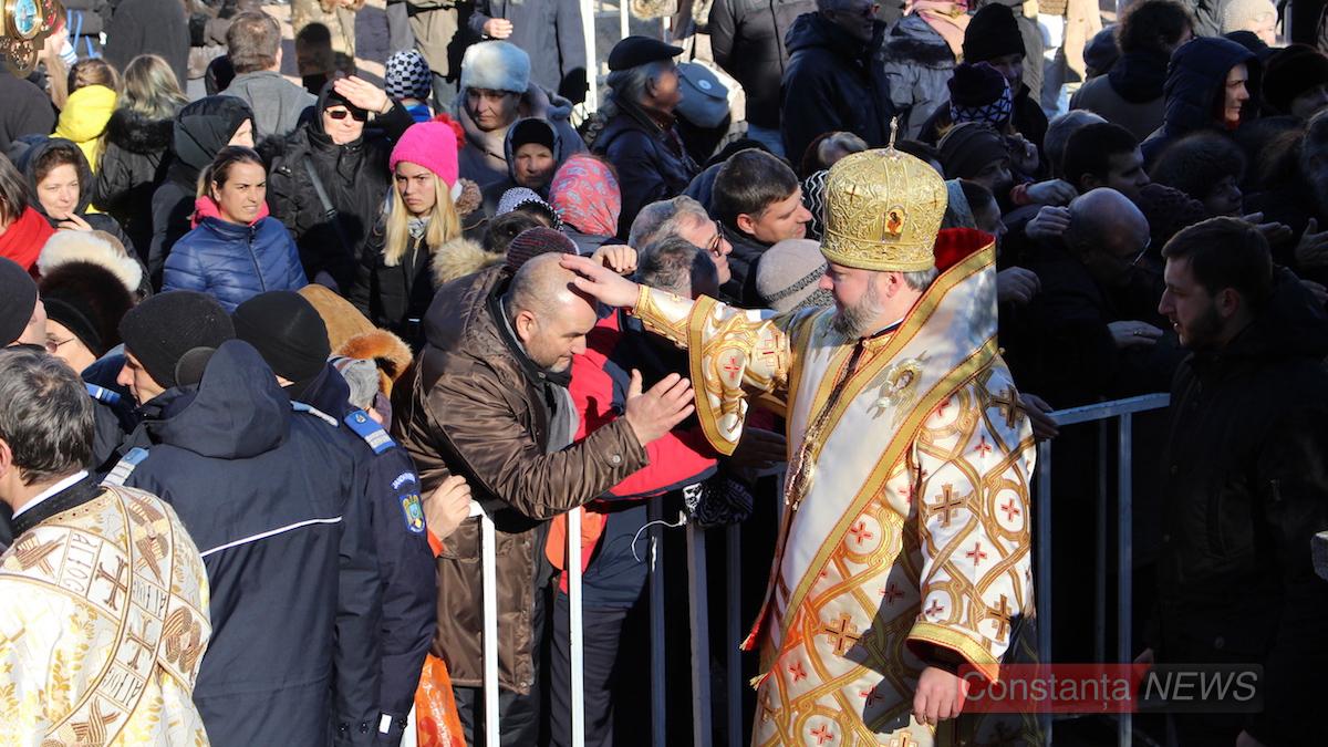 Credincioșii sosiți la Peștera Sfântului Andrei. FOTO Adrian Boioglu