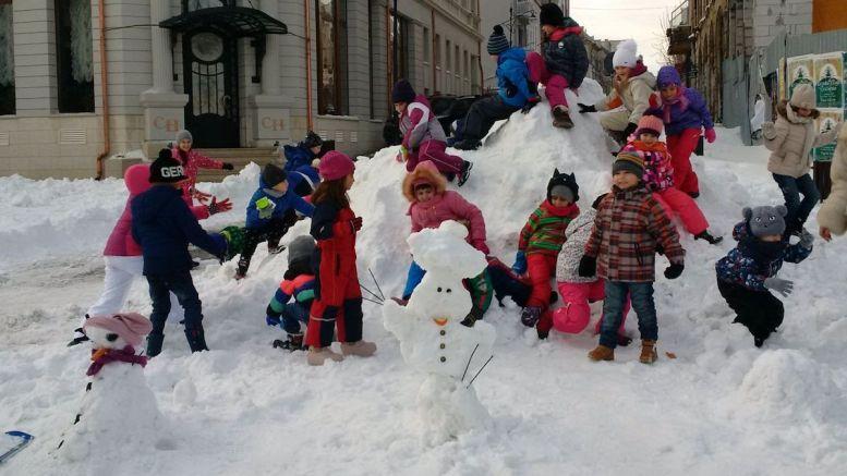 Oameni de zăpadă făcuți de elevii de la Școala Gheorghe Țițeica