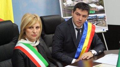 Primarii George Scupra (Ovidiu) și Annamaria Casini (sulmona) la semnarea acteor pentru înfrățirea orașelor. FOTO Adrian Boioglu