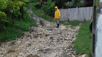 Drumurile au fost acoperite de noroi și aluviuni