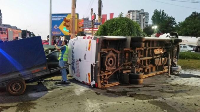 Microbuz răsturnat la intrare în Constanța. FOTO ISU Dobrogea