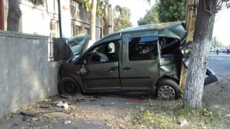 După ce a lovit pietonul, mașina a ricoșat între un copac și un zid