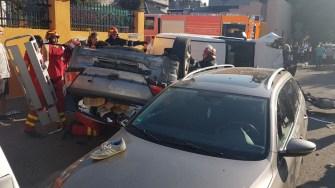 In urma impactului, cele doua masini s-a rasturnat si a fost nevoie de interventia pompierilor de la Descarcerare. FOTO ISU DOBROGEA