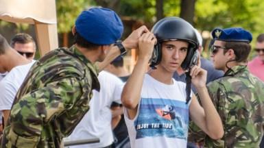 Copii s-au fotografiat cu militarii și echipamentele acestora. FOTO Catalin Schipor