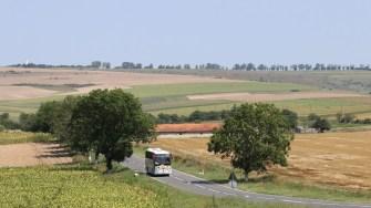 Autobuzul Veseliei bate drumurile din județ pentru a ajunge la toți copiii