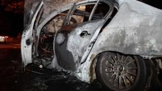 În urma impactului cu pomul, mașina a luat foc. FOTO ilustrativ