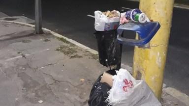 De multe ori, constănțenii prefera sa arunce resturile menaje si nemenajere la intamplare. FOTO POLARIS