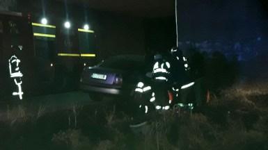 Pompierii de la Descarcerare au intervenit pentru a o salva pe pasagera rănită.