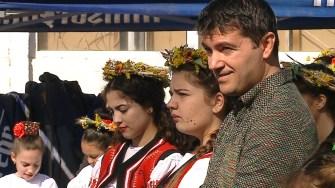 Primarul George Scupra alături de fetele care fac mustul. FOTO CTnews.ro