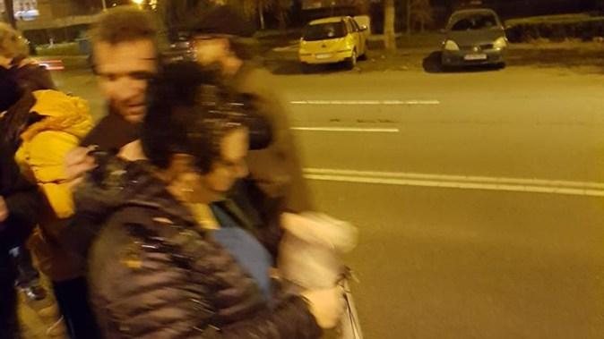 Protestatarii au fost atacați cu ouă aruncate de la un balcon