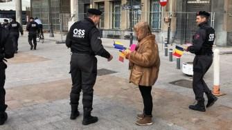 Agenții One Star Security au împărțit stegulețe tricolore la Constanța. FOTO OSS