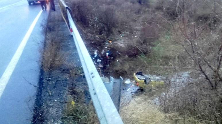 Mașina a rupt parapetul și s-a rostogolit 15 metri pe o râpă. FOTO SAJ Constanța