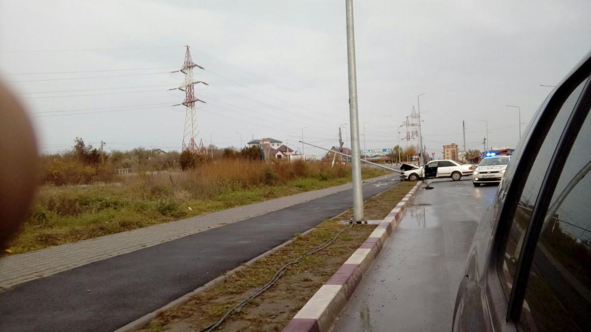 Mașina scăpată de sub control a pus stâlpul la pământ.