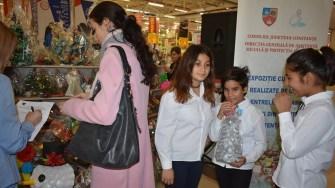 Copiii și adulții ocrotiți în centrele din cadrul Direcției Generale de Asistență Socială și Protecția Copilului Constanța au deschis, astăzi, Târgul de Crăciun. FOTO DGASPC