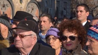 """Primarul Decebal Făgădău și viceprimarul Costin Răsăuțeanu s-au """"ascuns"""" în mulțime. FOTO Cătălin Schipor"""
