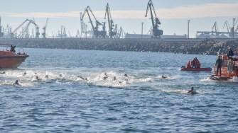 Zeci de temerari s-au aruncat în apă să prindă crucile. FOTO Cătălin Schipor