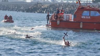 Crucile aruncate în apă de IPS Teodosie au fost repede adjudecate. FOTO Cătălin Schipor