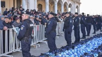 Sticlele cu aghiazmă au fost păzite de jandarmi. FOTO Cătălin Schipor