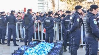 Jandarmii au avut grijă ca toată lumea să primească sticle cu apă sfințită. FOTO Cătălin Schipor
