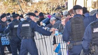 Credincioșii s-au înghesuit să își ia sticlele cu aghiazmă. FOTO Cătălin Schipor