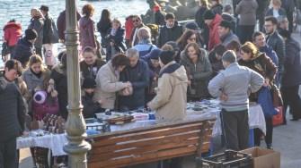 De la Bobotează nu au lipsit nici micii comercianți. FOTO Cătălin Schipor