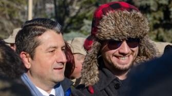 Primarul Decebal Făgădău și-a făcut timp și de selfi-uri cu susținătorii. FOTO Cătălin Schipor