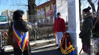 Primarul Cumpenei Mariana Gâju a depus coroane la cele două monumente din Cumpăna dedicate eroilor. FOTO Primăria Cumpăna