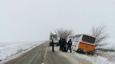 Un autobuz de transport persoane a ieșit de pe drum din cauza viscolului. FOTO RAJDP