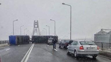 Un autotren cu remorcă s-a răsturnat de-a latul podului nou de la Agigea blocând circulația