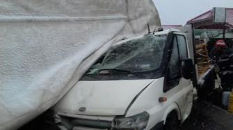 Autotrenul s-a răsturnat peste mașina încărcată cu butelii, existând riscul de explozie. FOTO ISU Dobrogea Constanța