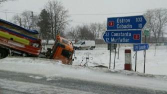 O autospecială a DRDP CT a ajuns în șanț după ce a fost lovită de un camion scăpat de sub control