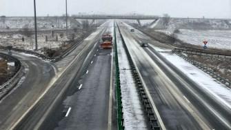 Zăpada așternută a îngreunat circulația autoturismelor
