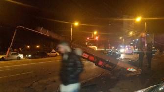 În urma impactului, stâlpul de betona fost pus la pământ. FOTO ISU Dobrogea