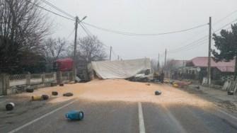Autotrenul s-a răsturnat peste mașina încărcată cu butelii, existând riscul de explozie. FOTO IPJ Constanța